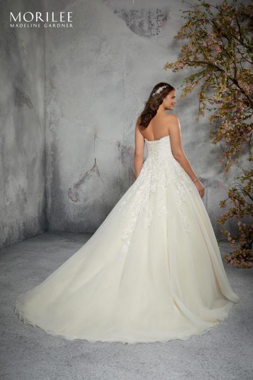 abf6f0f0170d Saper scegliere l abito perfetto anche nel caso tu volessi nascondere  qualche piccolo difetto è di fondamentale importanza.